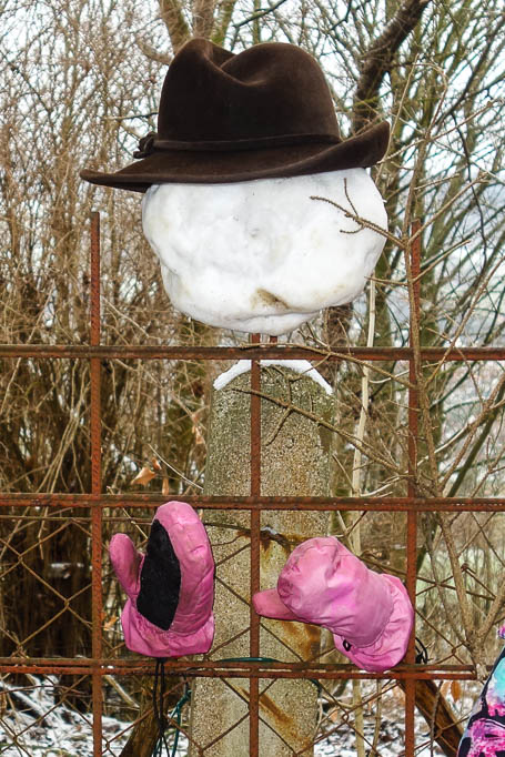 Not macht erfinderisch - auch mit wenig Schnee haben die Kinder einen Schneemann gebaut.
