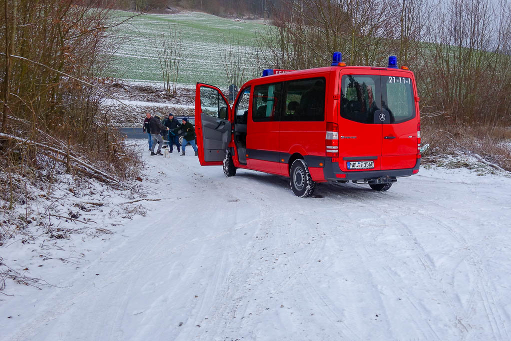 Zur Freude der Kinder ist auch die Feuerwehr als Taxi im Einsatz