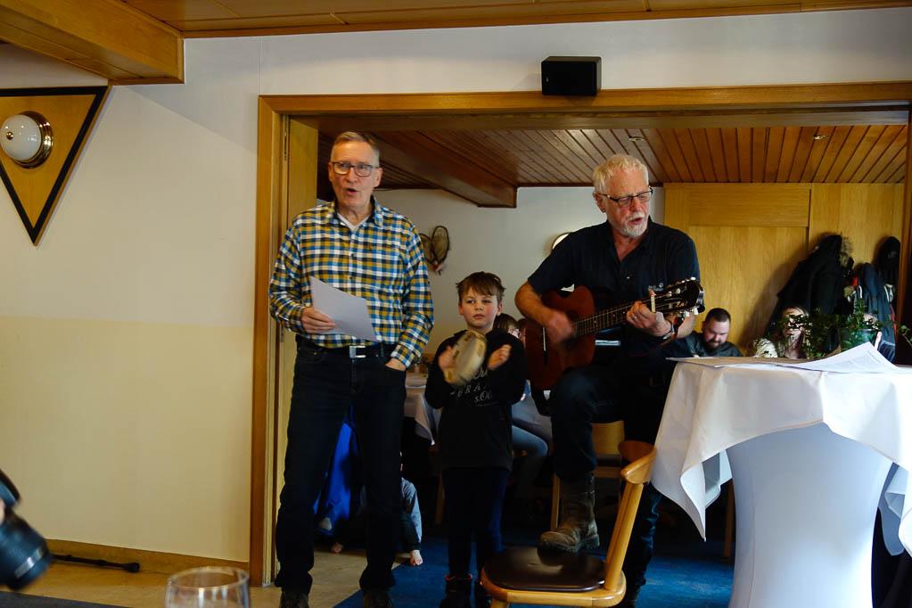 Gesangseinlage: (von links) Klaus Siemsglüß, Mika und Ditmar Wrede