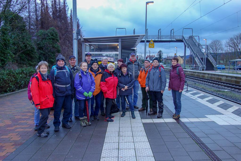 Unsere Wandergruppe auf dem Bahnhof in Banteln
