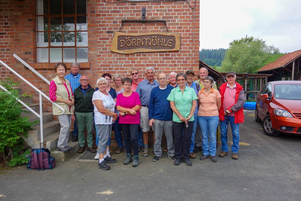 Unsere Wandergruppe vor der Dörpmühle