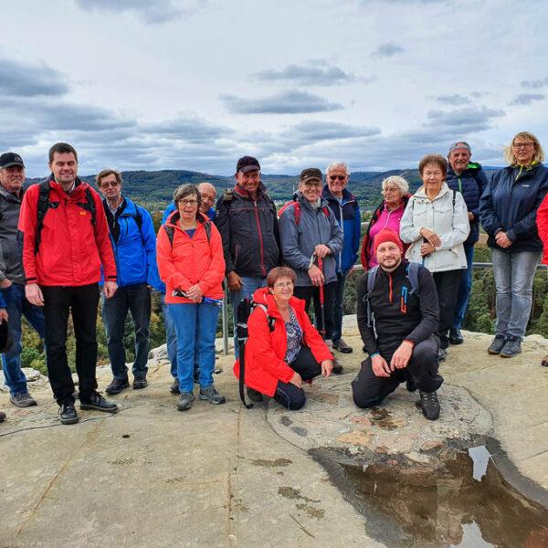 Die Wandergruppe auf der Aussichtsplattform der Burg Regenstein