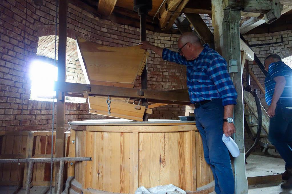Wolfgang Woitag bei der Führung durch die Stroiter Mühle