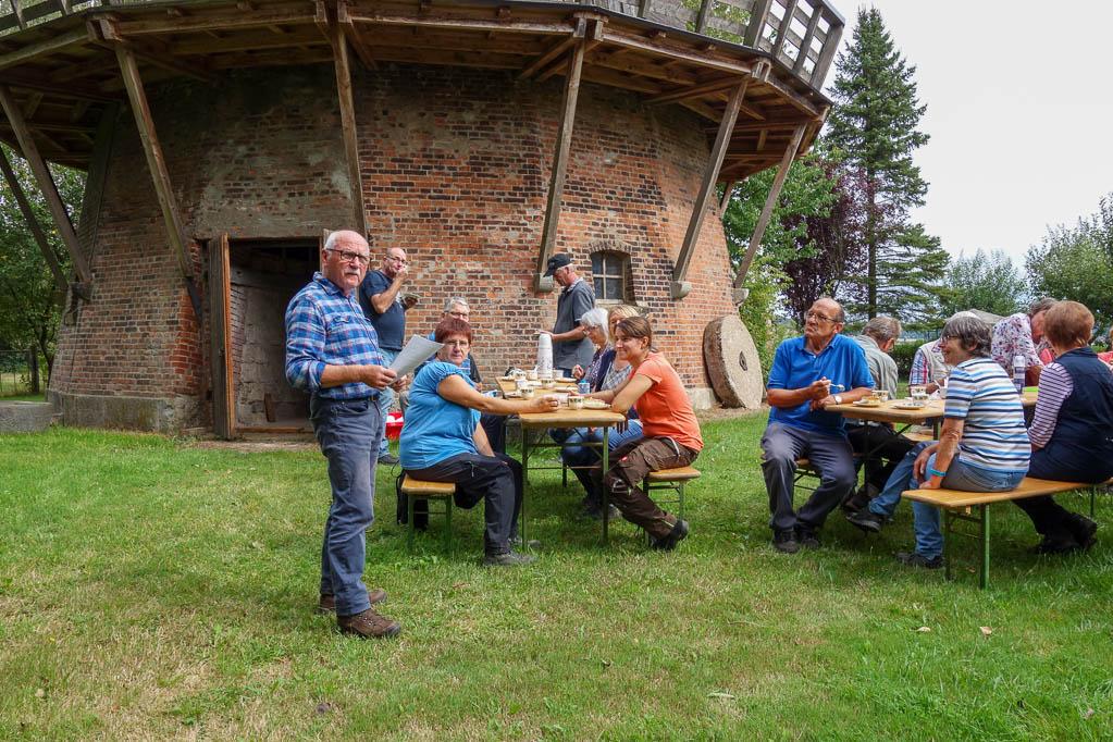 Wolfgang Woitag informiert die Wandergruppe über die Stroiter Mühle